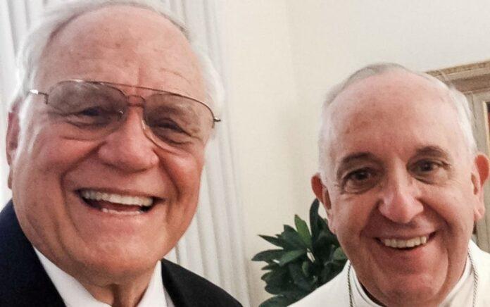 Loren Cunningham, fundador da JOCUM, junto com o Papa Francisco no Vaticano.