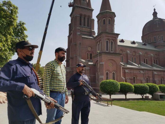 Segurança armada na Catedral Católica do Sagrado Coração, em Lahore, no Paquistão
