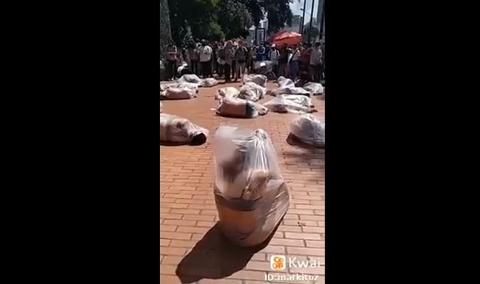 Vídeo de pessoas dentro de sacos plásticos na Colômbia circula nas redes sociais com a falsa informação de que seriam missionárias no Afeganistão.