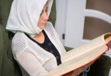 Muçulmana lendo a Bíblia (Foto: ilustração)