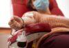 Mulher durante transfusão de sangue