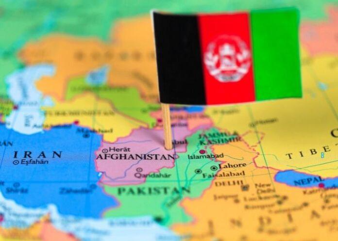 Bandeira do Afeganistão cravada no mapa do país.
