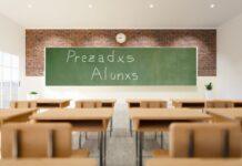 Sala de aula com frase de linguagem neutra escrita no quadro (Foto: Montagem/FolhaGospel)